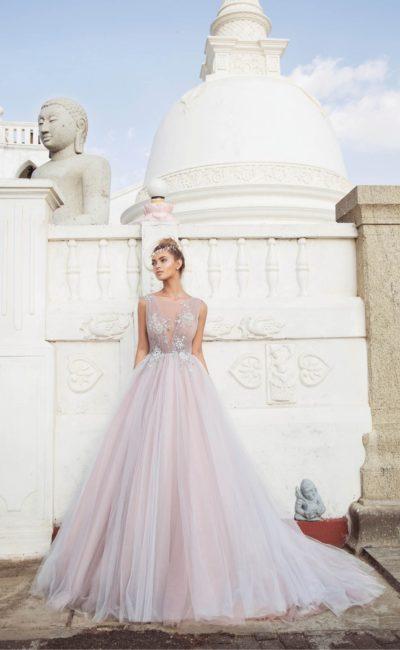 Пышное свадебное платье розового цвета с вырезом до линии талии.