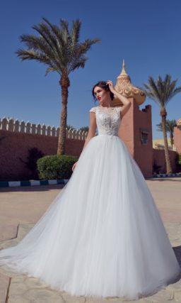 Пышное свадебное платье с сетчатым декором по лифу без рукавов.