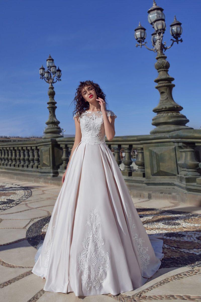 Пышное свадебное платье с коротким рукавом и вставкой на спинке.