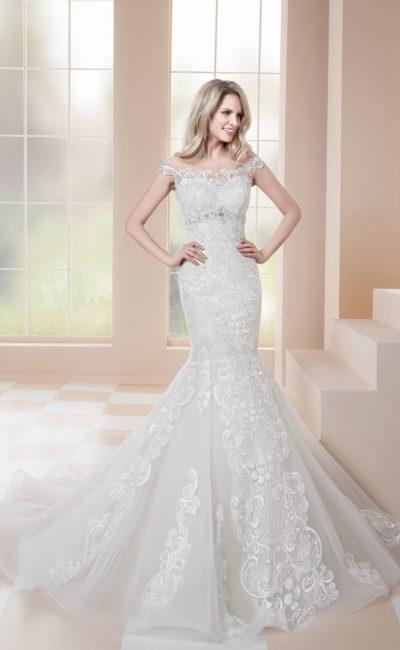 Облегающее свадебное платье «русалка», полностью покрытое кружевом.