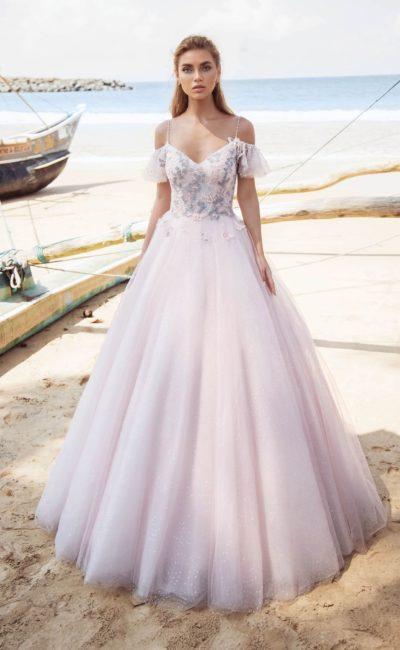 Розовое свадебное платье пышного кроя с лифом на узких бретелях.