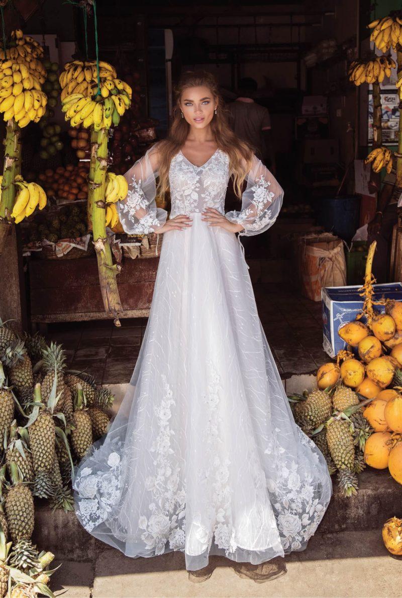 Свадебное платье с длинным рукавом и небольшим вырезом.