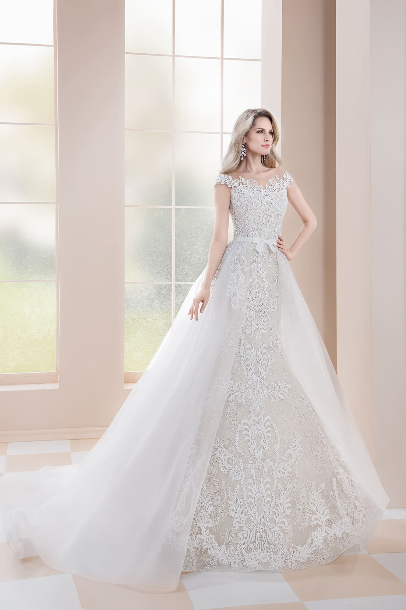 280a57768af8d0 Свадебное платье-трансформер, по всей длине покрытое декором из кружева.