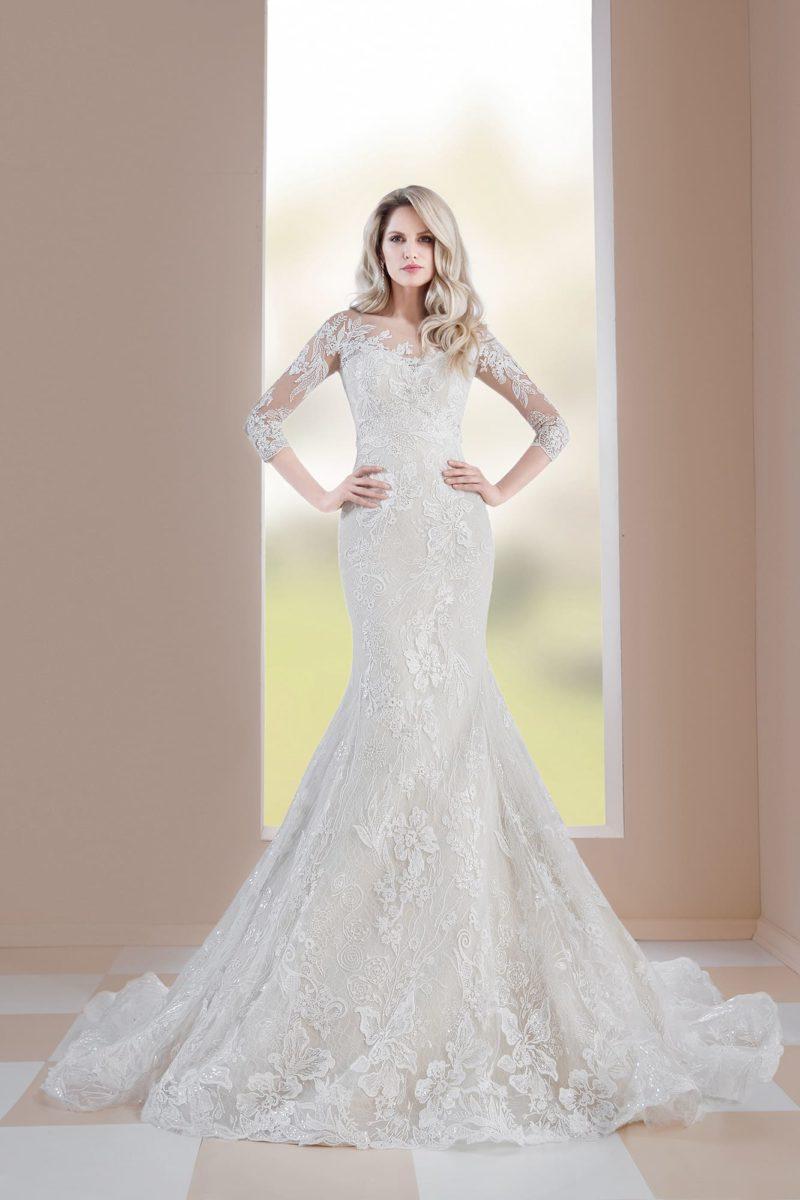 Кружевное свадебное платье облегающего кроя с рукавом в три четверти.