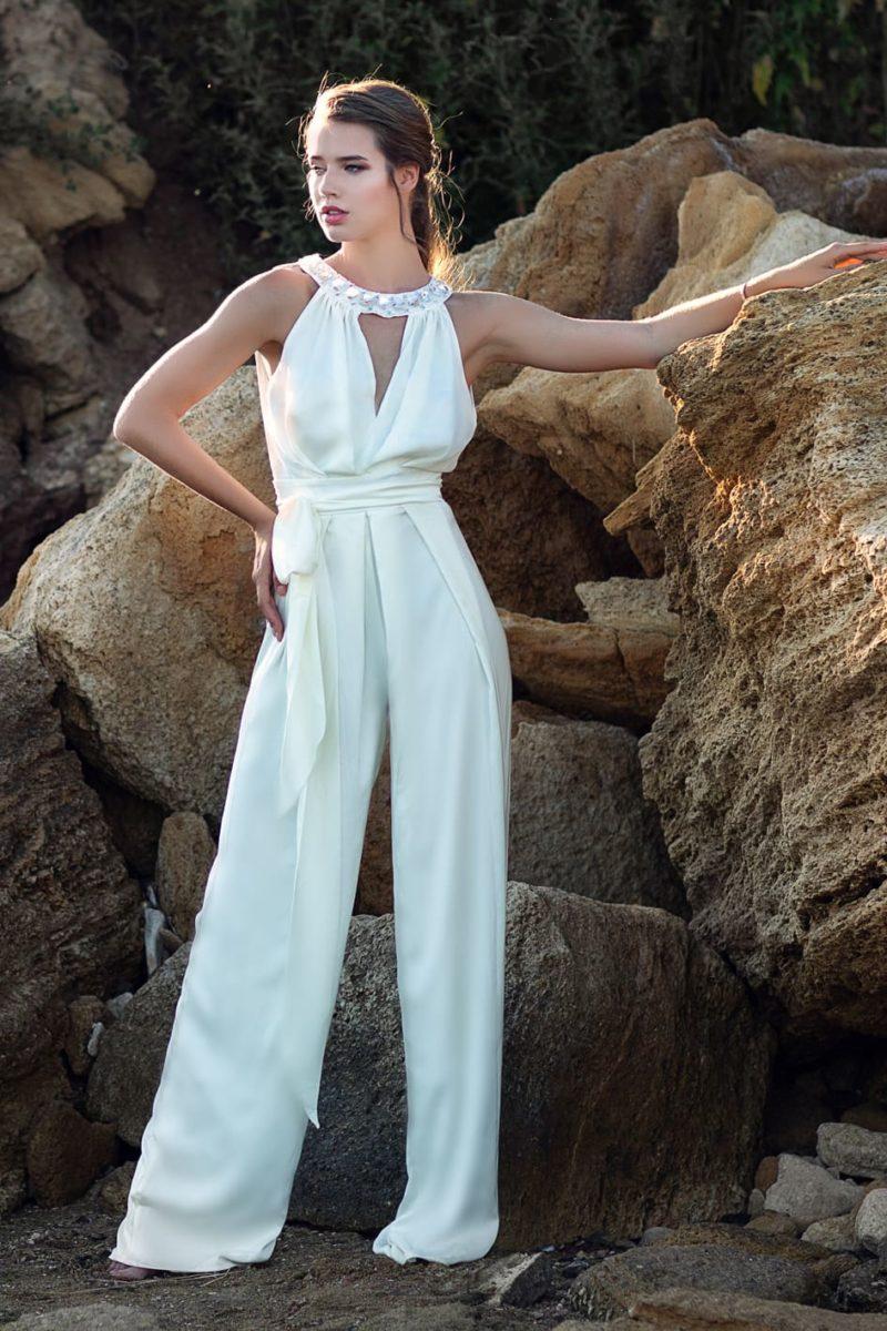 Атласный свадебный брючный костюм с оригинальным оформлением верха.