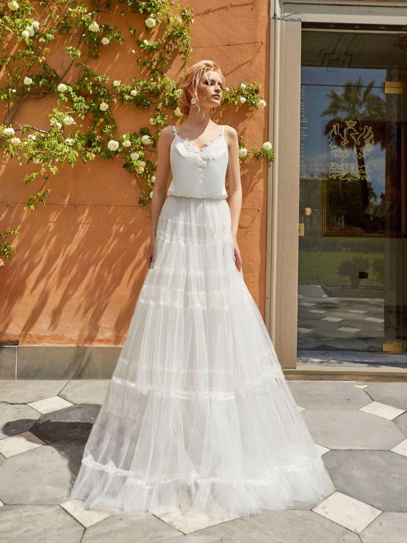 Пышное свадебное платье с оригинальной юбкой и открытым лифом.