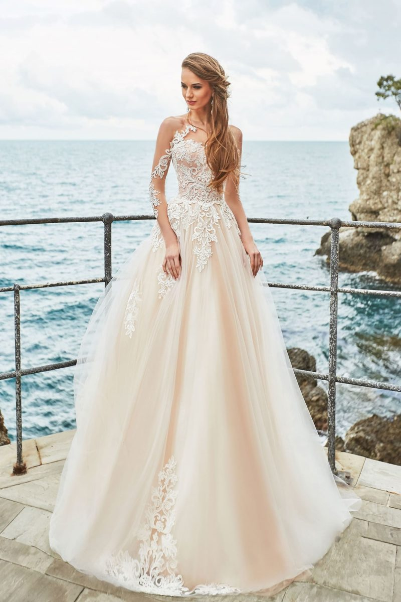 Персиковое свадебное платье с открытым лифом и декором из кружева.