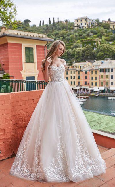 Пышное свадебное платье с фигурным лифом и кружевом по подолу.