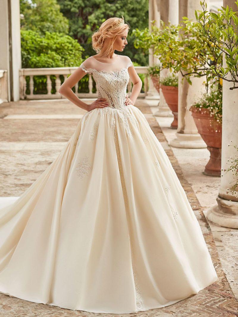 Свадебное платье цвета айвори с потрясающе пышной юбкой.