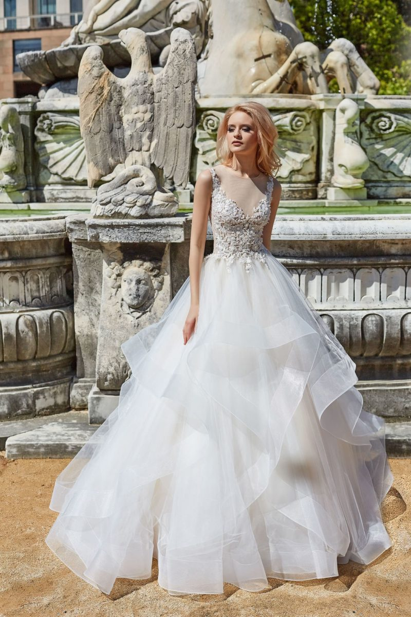 Пышное свадебное платье с многоярусной юбкой и фактурным корсетом.