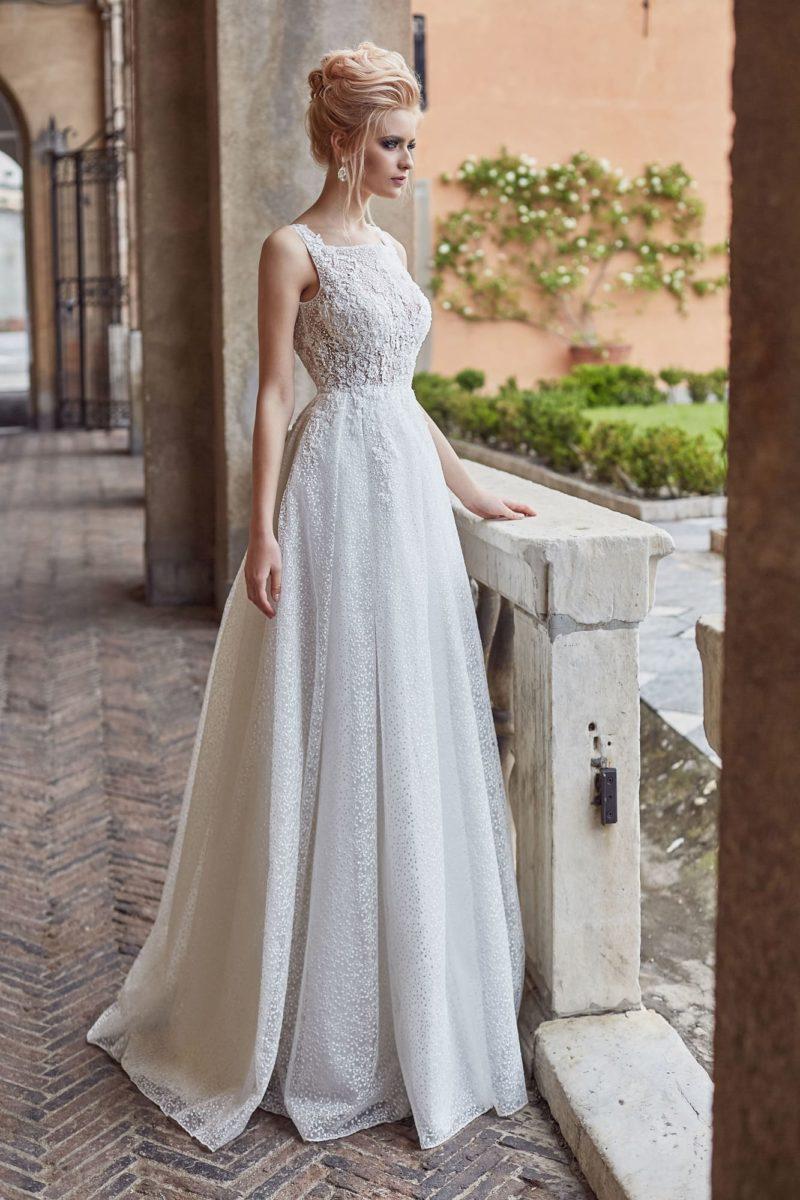 Воздушное свадебное платье с вырезом «лодочкой» и открытой спинкой.