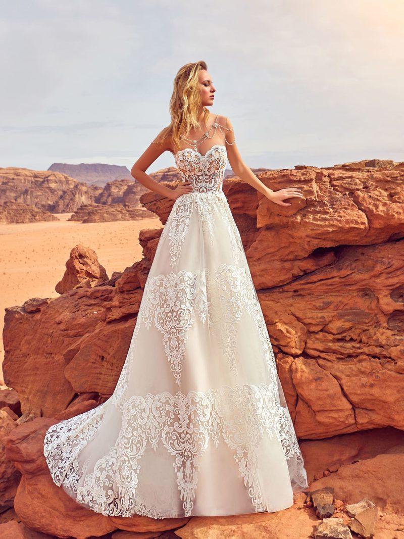 Кружевное свадебное платье с многослойной юбкой и открытым верхом.
