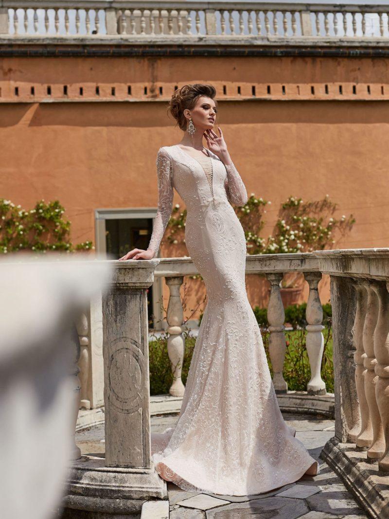 Облегающее свадебное платье цвета слоновой кости с длинным рукавом.