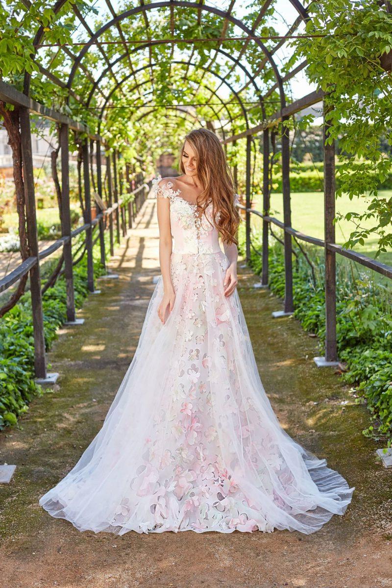 Розовое свадебное платье с цветочной отделкой и пышной юбкой.