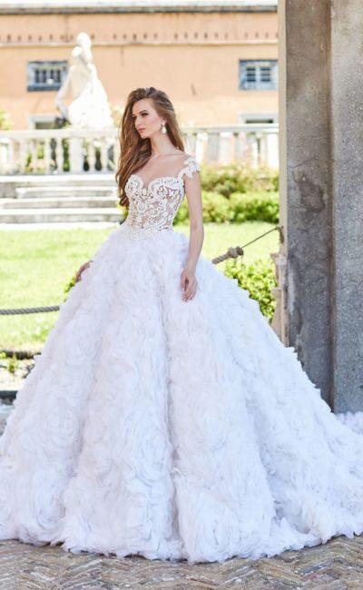 Пышное свадебное платье с отделкой из цветочных бутонов на юбке.