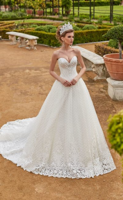 Свадебное платье с диадемой
