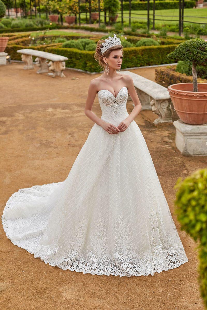 Пышное свадебное платье с сетчатым декором и открытым лифом.