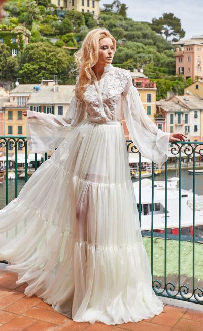 Необычное свадебное платье с широким рукавом и оригинальной юбкой.