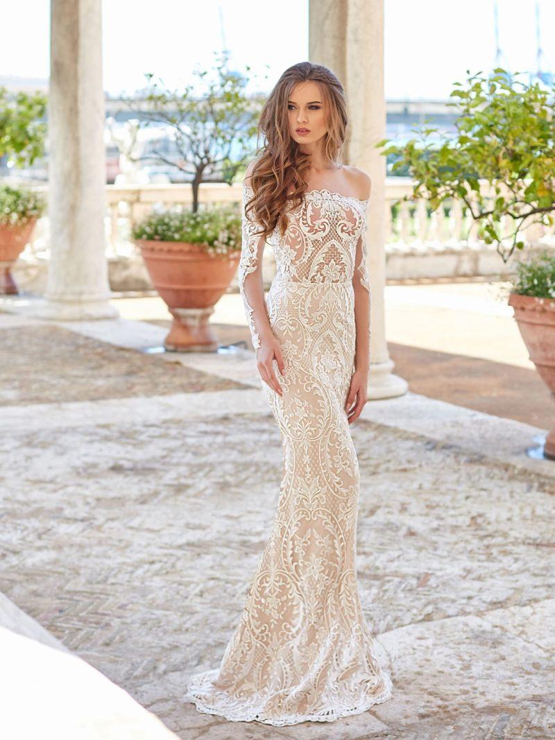 Свадебное платье с кружевным декором и атласной юбкой.