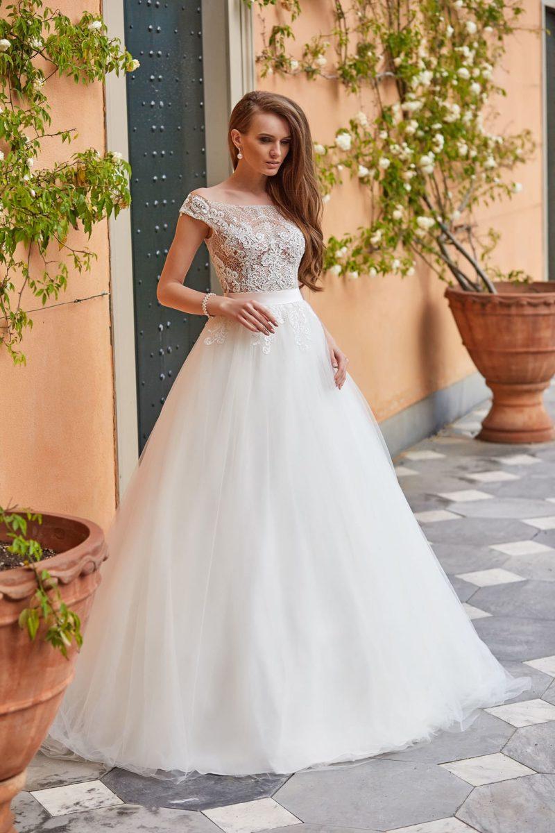 Пышное свадебное платье с лифом, полностью покрытым кружевом.