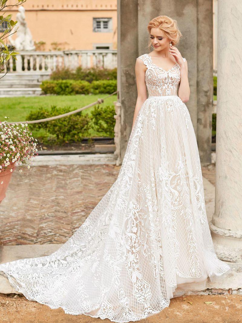 Пудровое свадебное платье с роскошным шлейфом и белым кружевом.