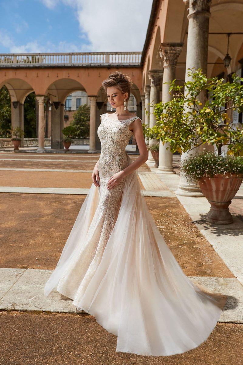 Свадебное платье-трансформер с золотистым кружевом и верхней юбкой.