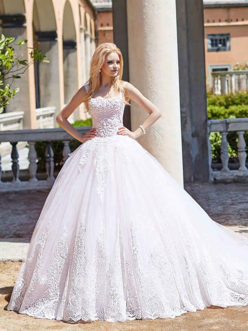 Пышное свадебное платье с открытым лифом и романтичным декором.