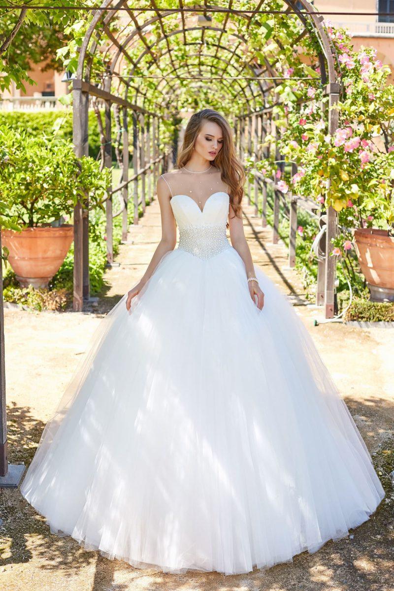 Невероятно пышное свадебное платье с многослойной юбкой.