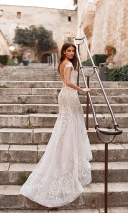 Свадебное платье с V-образным вырезом и юбкой-трансформер.