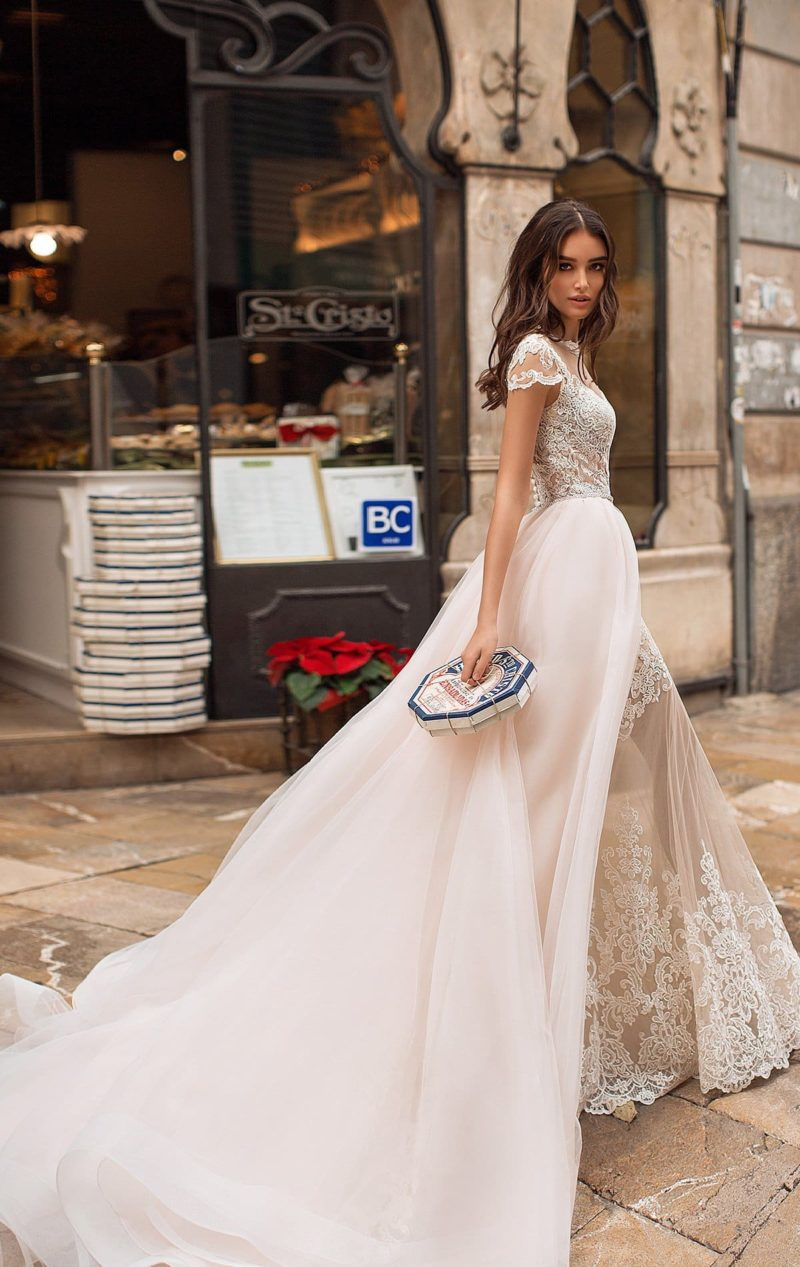Свадебное платье со съемной верхней юбкой и фигурным вырезом.