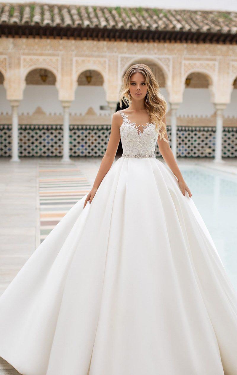 Атласное свадебное платье с открытым лифом и узким поясом.