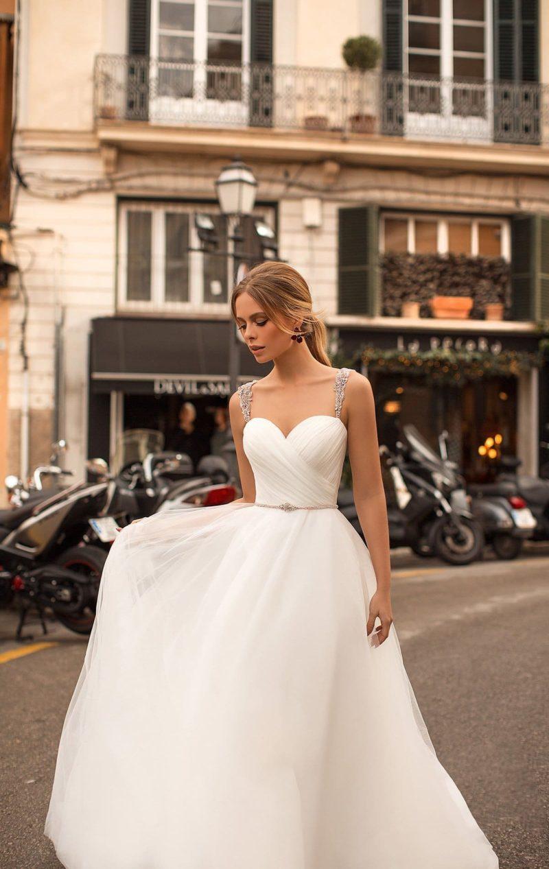 Свадебное платье с сияющими бретелями и отделкой драпировками.