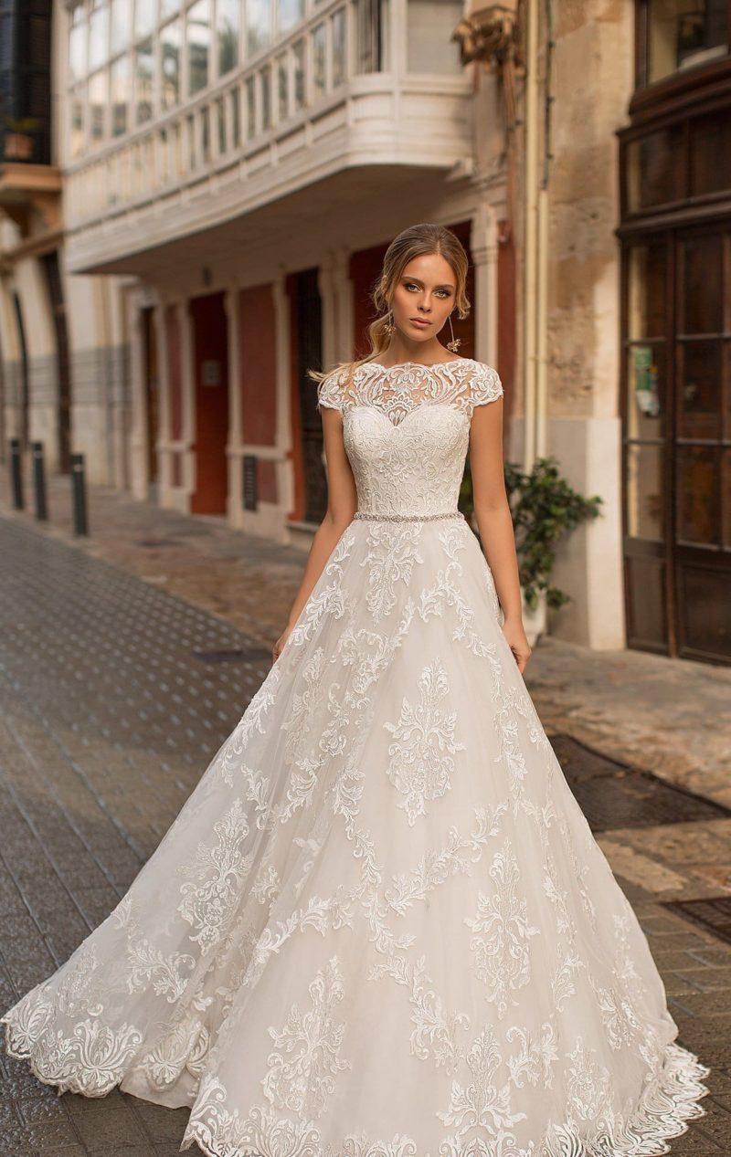 Кружевное свадебное платье с коротким рукавом и сияющим поясом.