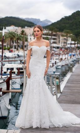 Свадебное платье «рыбка» с открытым верхом и небольшим шлейфом.