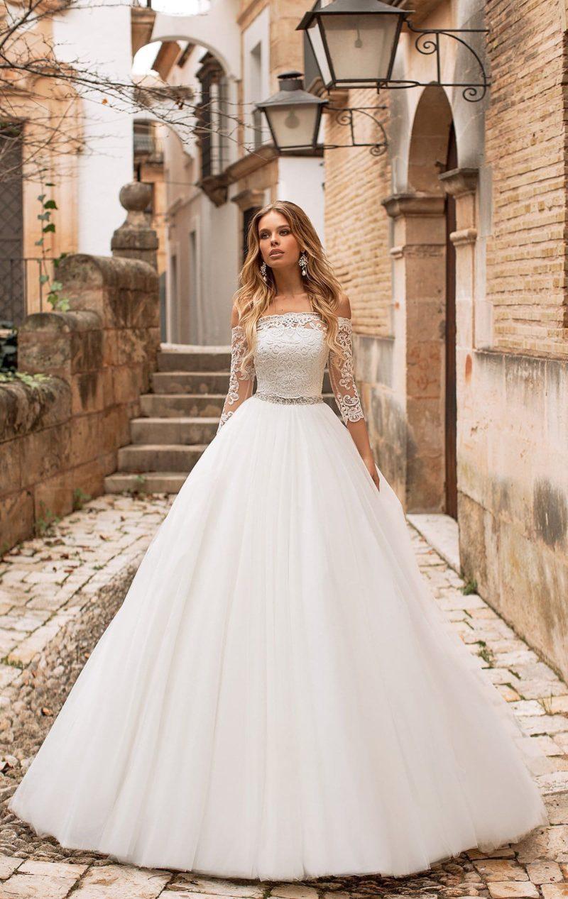 Свадебное платье с портретным вырезом и рукавами в три четверти.