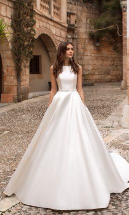 Свадебное платье с закрытым лифом и кружевной вставкой сзади.