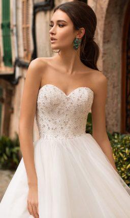 Торжественное свадебное платье с лифом «сердечком» и бисерным декором.