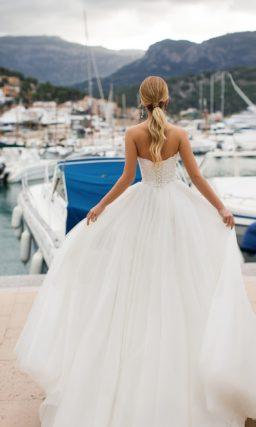 Пышное свадебное платье с фигурным открытым лифом и поясом.