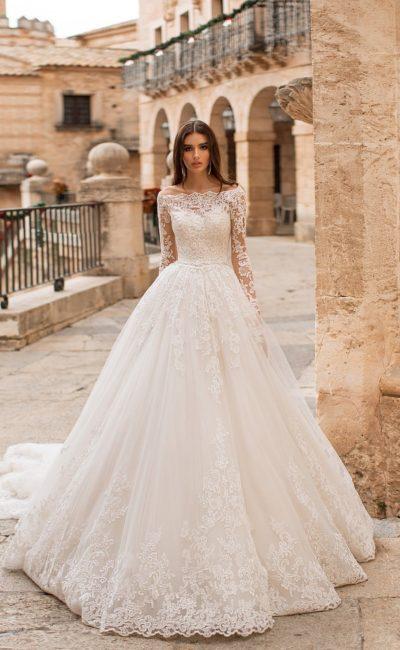 Шикарное свадебное платье с длинным рукавом и объемным шлейфом.