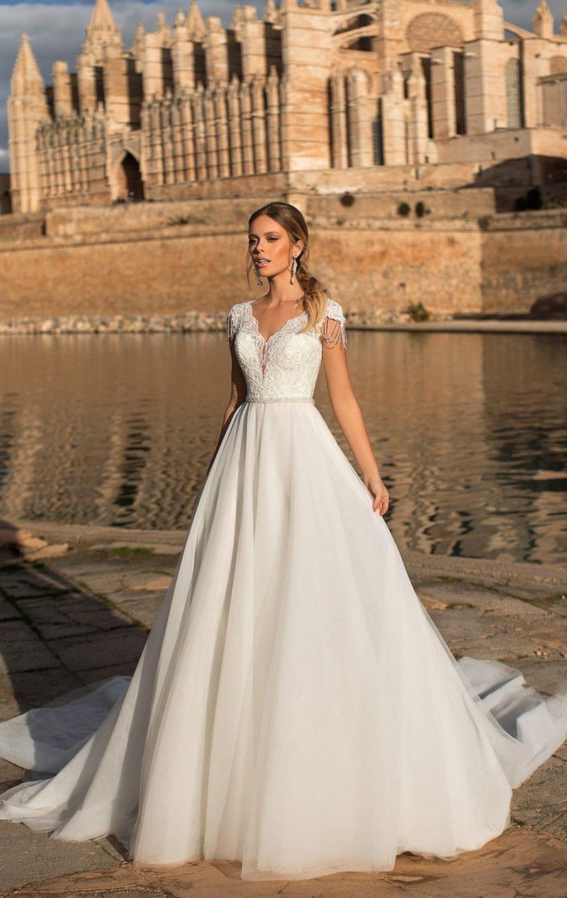 Свадебное платье с коротким рукавом и V-образным вырезом.