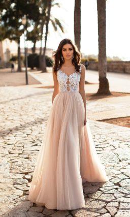 Свадебное платье с персиковой юбкой и белым кружевом по лифу.