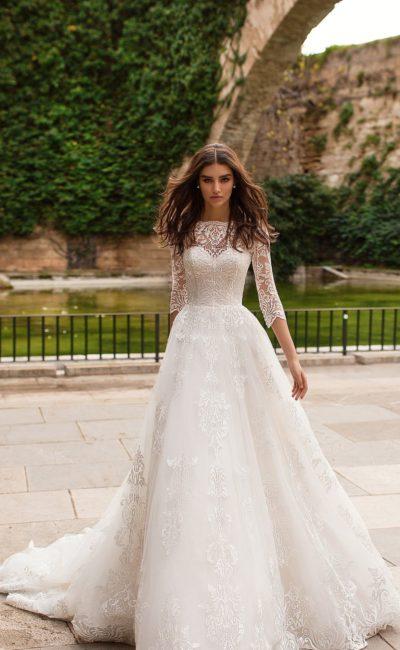 Свадебное платье с рукавом в три четверти и сногсшибательным шлейфом.