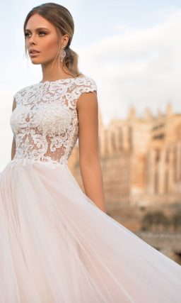 Свадебное платье с белым кружевным верхом и персиковой многослойной юбкой.