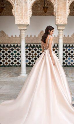 Розовое свадебное платье пышного кроя, с закрытым лифом.