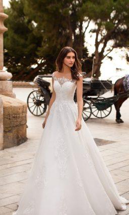 Многослойное свадебное платье с романтичным декором по лифу.
