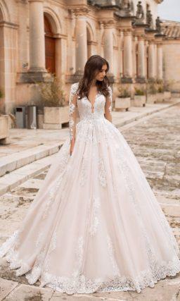 Свадебное платье с длинным рукавом и шикарным шлейфом.