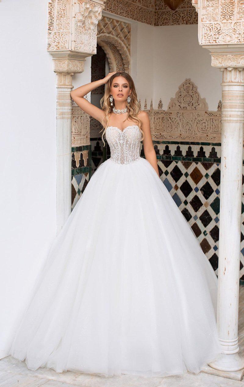 Свадебное платье пышного силуэта с открытым верхом.