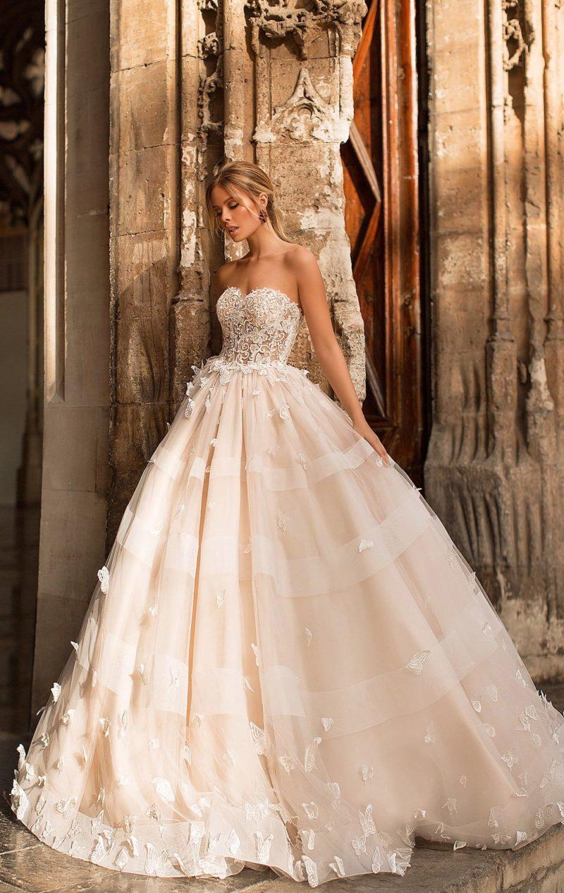 Кремовое свадебное платье с пышной юбкой с объемными аппликациями.