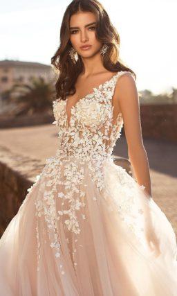Свадебное платье пудрового оттенка с белой отделкой лифа.