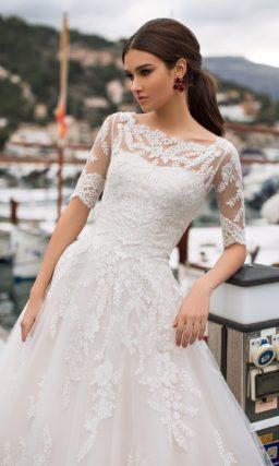 Свадебное платье с пышной юбкой и рукавами до локтя.
